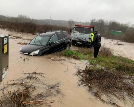 Евакуация и пътища под вода в Бургаско, има КПП-та