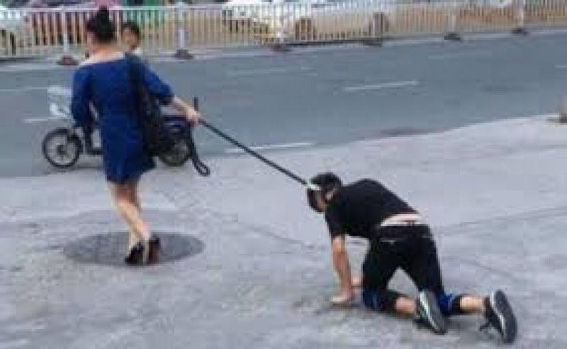 Заради локдауна: Жена разходи мъжа си на нашийник, очаква я солена глоба