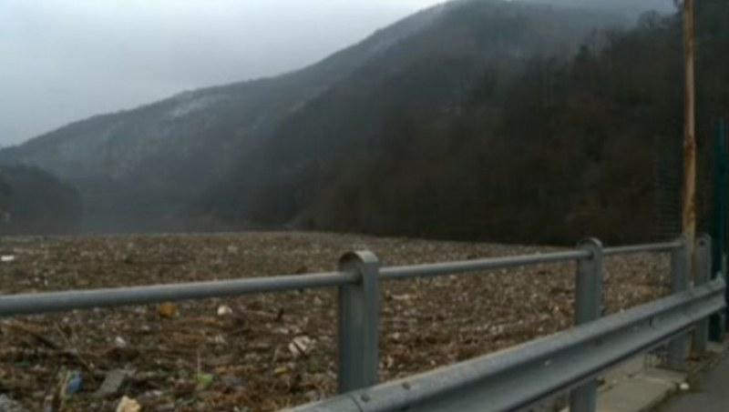 Екокатастрофа: Плаващо сметище в Искър, водата едвам се вижда!