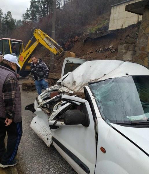 Подпорна стена се срути върху кола в Мадан