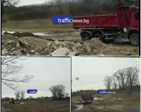Незаконно сметище! Камион разтоварва строителни отпадъци край Въча