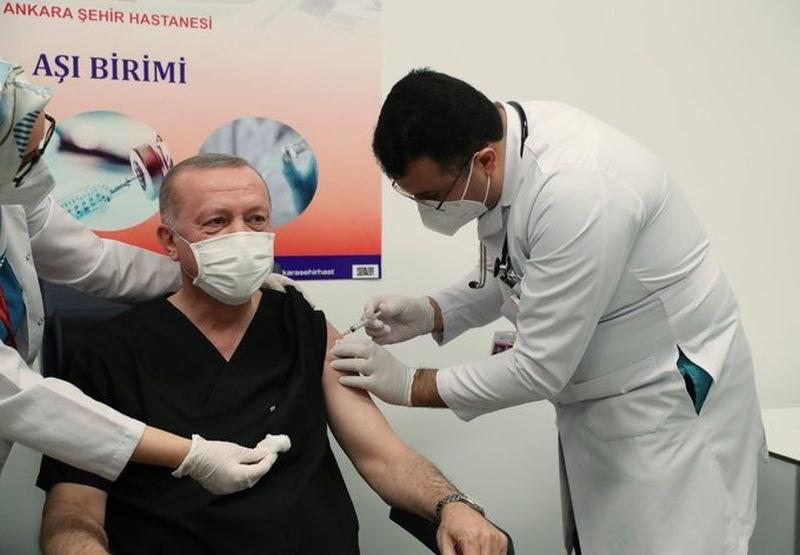 Турският президент се ваксинира с китайската ваксина