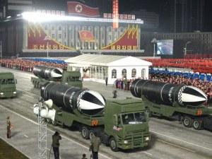 """Северна Корея гордо разкри нова балистична ракета, описват я като """"най-мощното оръжие в света"""