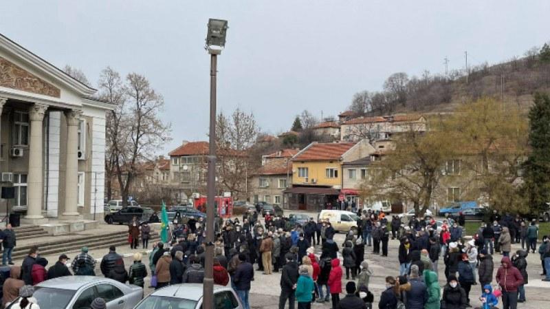 Над 300 души излязоха на протест в Брестовица, искат чиста вода или поне да не плащат за такава