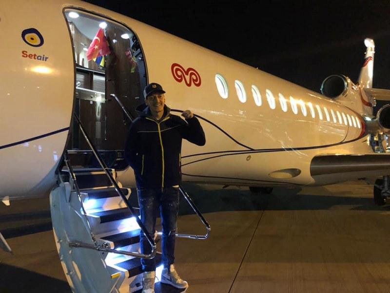 Месут Йозил пристигна в Истанбул, подписва с Фенербахче