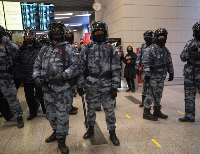 Привърженици на Навални окупираха руско летище, пренасочиха полета му