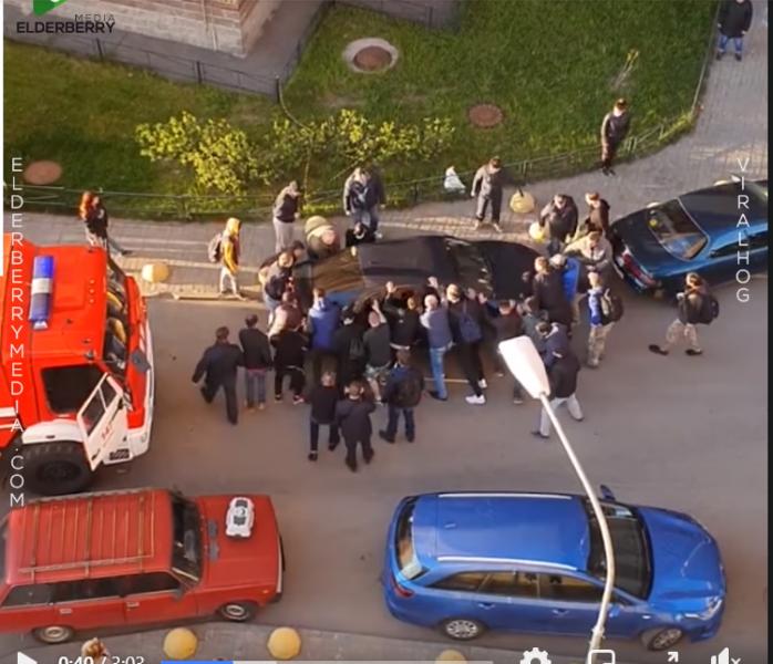 За пример! Вижте как хора преместват кола, за да направят път на пожарна
