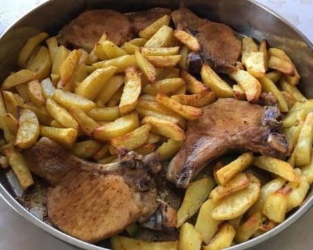 Само за гладни: Рецепта за свински котлети с картофи на фурна