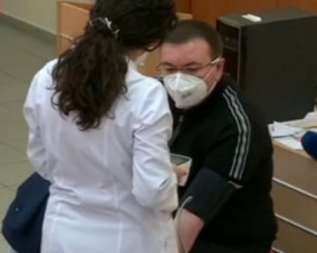 Здравният министър се реимунизира