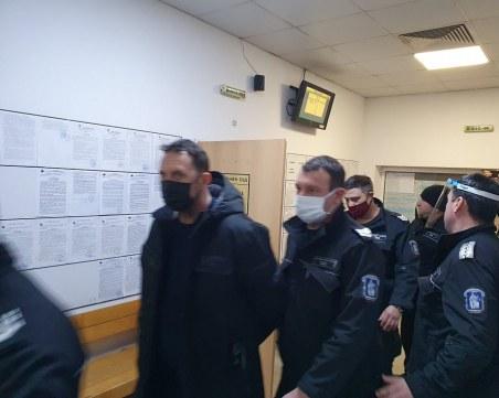 Доведоха с белезници фалшификаторите и пловдивския полицай, който работел за тях