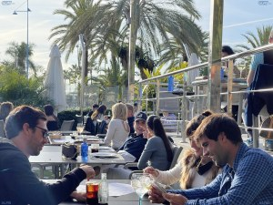 Ресторантите в страната с най-много заразени се пръскат по шевовете СНИМКИ
