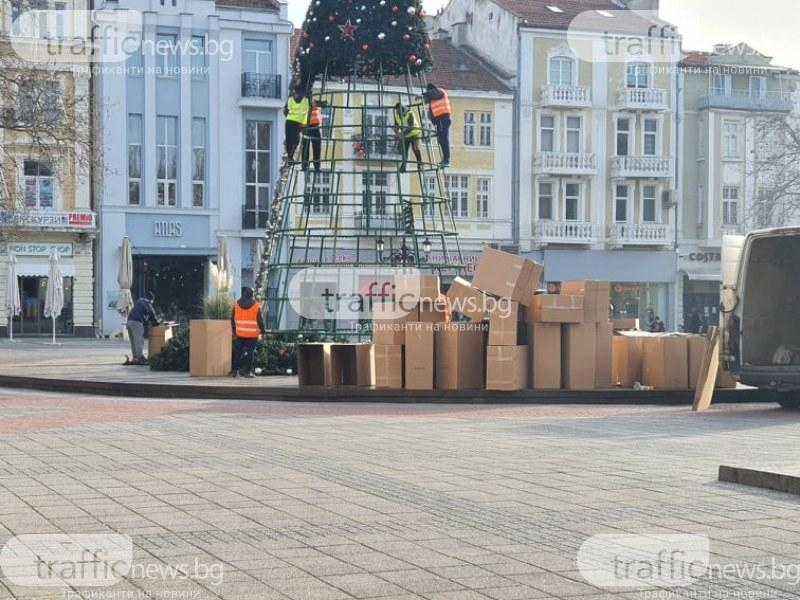 Демонтират коледната елха пред Общината