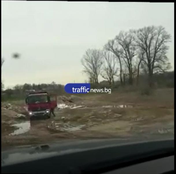 Камиони отново разтоварват строителни отпадъци край Въча! Кмет от Пловдивско сезира прокуратурата