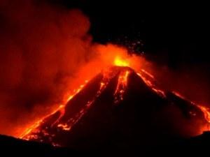 Вулканът Етна изригна, изхвърляйки лава и пепел на 100 метра височина
