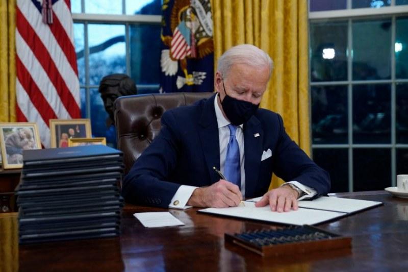 Байдън се захваща да обърне политиките на Тръмп с изпълнителни заповеди
