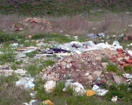 Поредно незаконно сметище край река, замърсителят е почистваща фирма