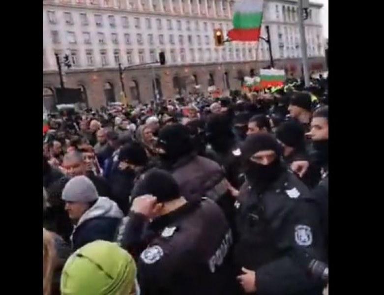 Демонстранти се опитаха да нахълтат в Министерски съвет