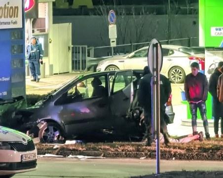 Тежка катастрофа в София: Кола се заби в бензиностанция, трима пострадаха