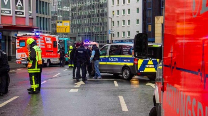 Хаос във Франкфурт, няколко души са ранени при нападение с нож