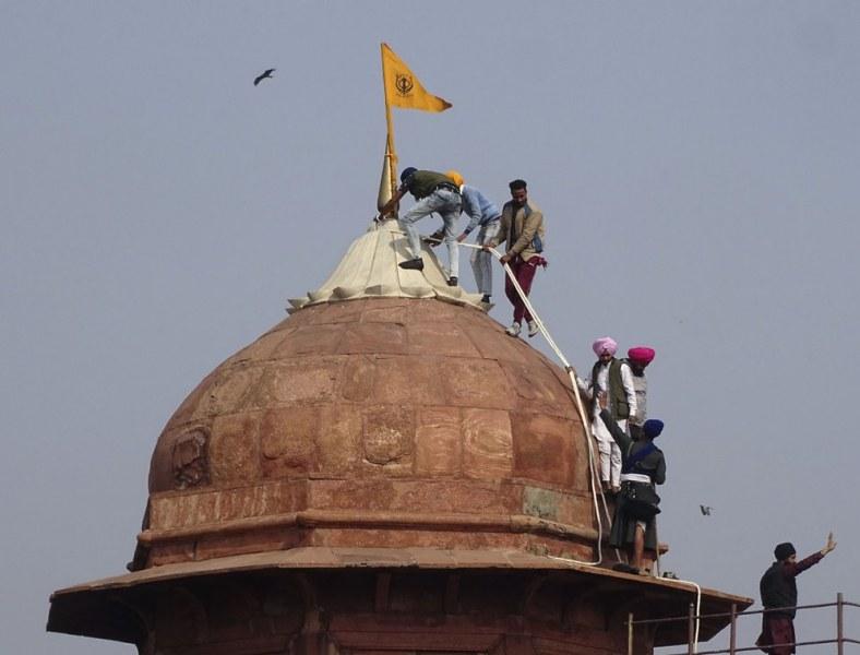 Огромен протест в Индия: фермери рушат Червената крепост в Делхи, има загинал