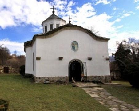 Поругаха параклиса над Сопот, иконите изпочупени се търкалят по земята