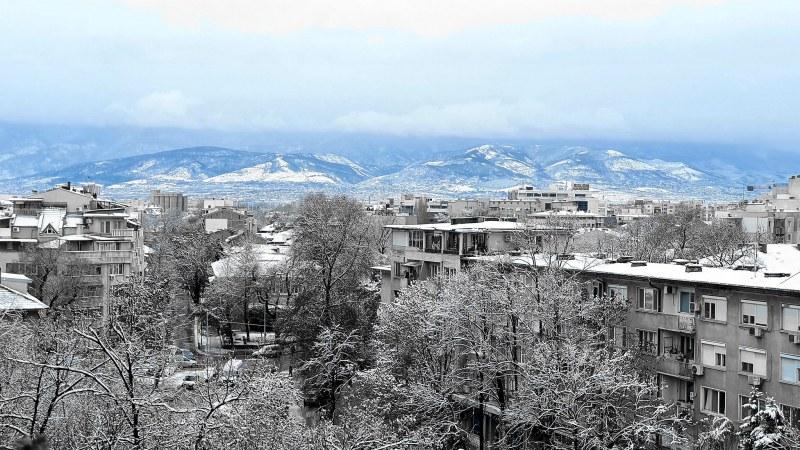 Градът под тепетата осъмна със снежен кожух