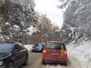 Кола закъса край Връховръх, пожарникари помогнаха с лекарства на пътник
