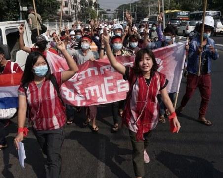 Хиляди скочиха на протест в Мианмар, военните спряха достъпа до интернет
