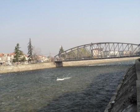 Кметът на Кричим с няколко въпроса относно чистотата около река Въча