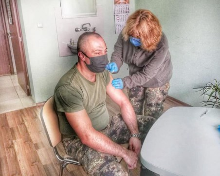 Ваксинацията на армията започна от Карлово