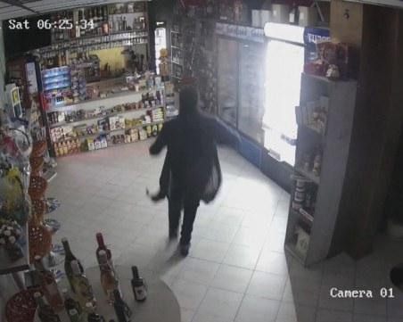 Крадец разби врата на магазин с щанга, обра го за 14 секунди