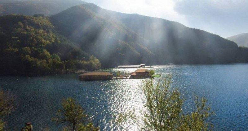 Собственичка на плаващо имение в язовир Въча не иска да го премахне, спори за отказано разрешително