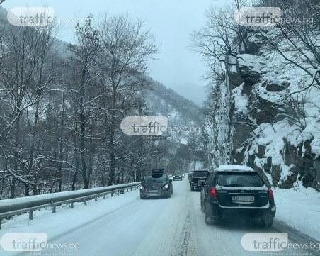Колони от автомобили на пътя Асеновград-Пампорово, движението е затруднено
