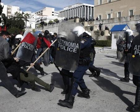 Протести в Атина заради мерките, полицията използва сълзотворен газ