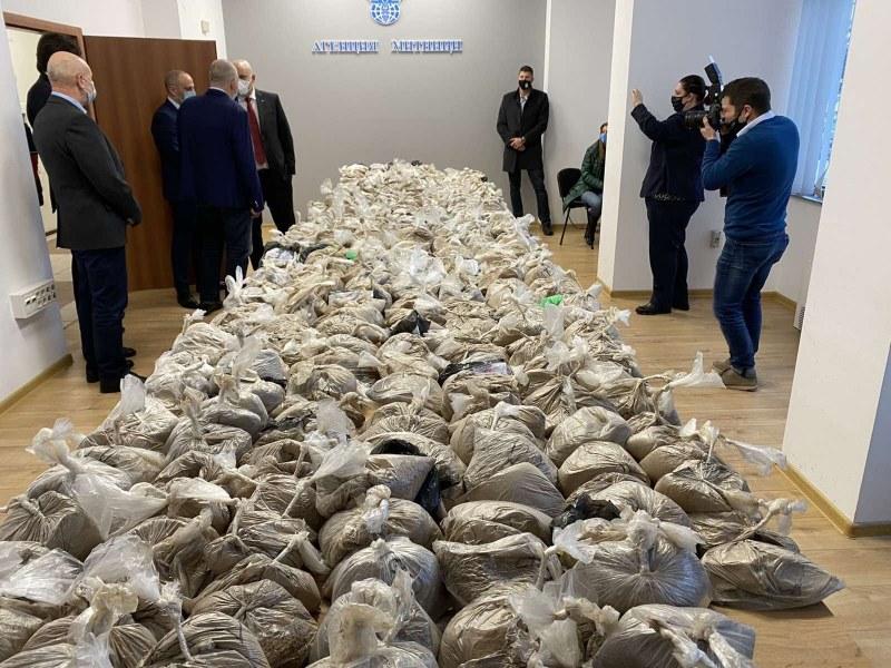 Митничар в схемата за трафик на 400 кг хероин, скрит в битумни ролки