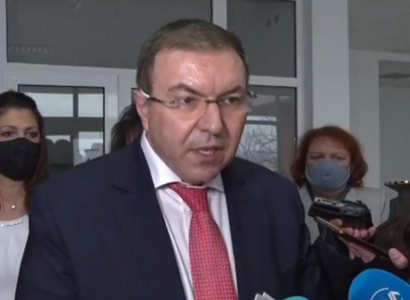 Здравният министър: Има абсурдна ситуация с ваксинирането у нас, много хора не се явяват