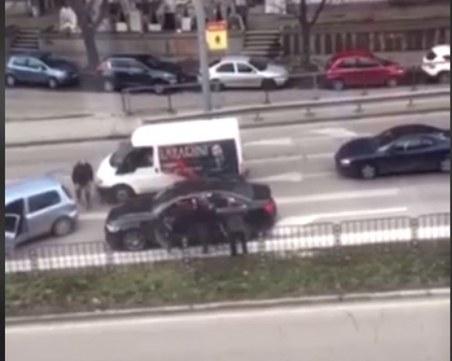 Зрелищен бой в Пловдив! Шофьори си разменят юмруци и ритници на моста на Герджика
