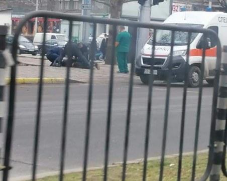 Неадекватен мъж се хвърля пред коли в центъра на Пловдив, полицаи го усмириха