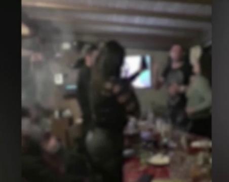 Уволняват полицаите, участвали в нелегалния купон в Сандански