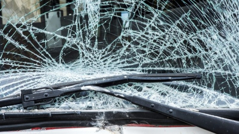 Мъж потроши автомобил със стъклена бутилка в Пазарджик