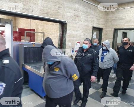 Арестуваните след разбития секс канал в Пловдив, влязоха с белезници и качулки в съда