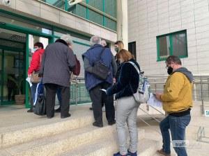 Опашки за ваксини пред денонощния център в Пловдив