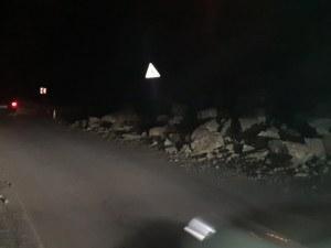 Свлачище на натоварен път край Пловдив! Движението е затруднено