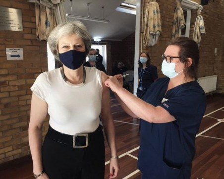 Тереза Мей се ваксинира срещу COVID-19