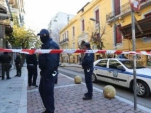 Хвърлиха запалителна бомба в общинска сграда в Атина