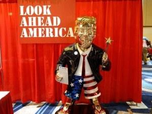 Привърженици на Тръмп му направиха златна статуя по шорти