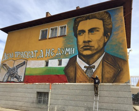 Добрият пример на графитите: Скулпторът Ангел Каравланов рисува фасади на детски градини и училища