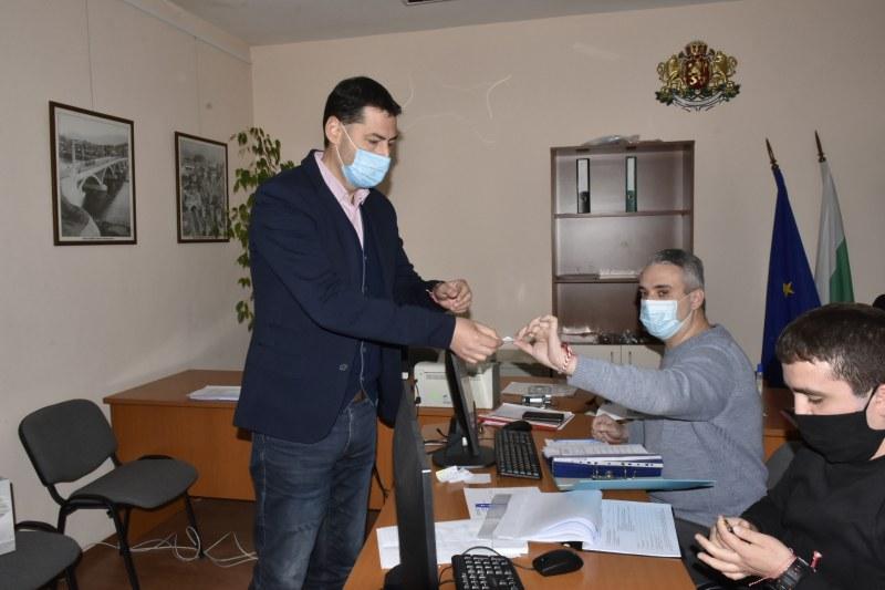 Тотев регистрира листата на ГЕРБ в Пловдив, той е след Бойко Борисов