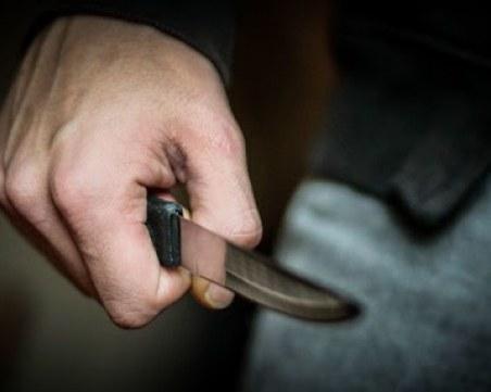 15 души пребиха жестоко и наръгаха млад мъж