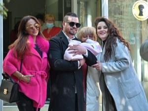 Глория посрещна дъщеря си и внучето си от болницата